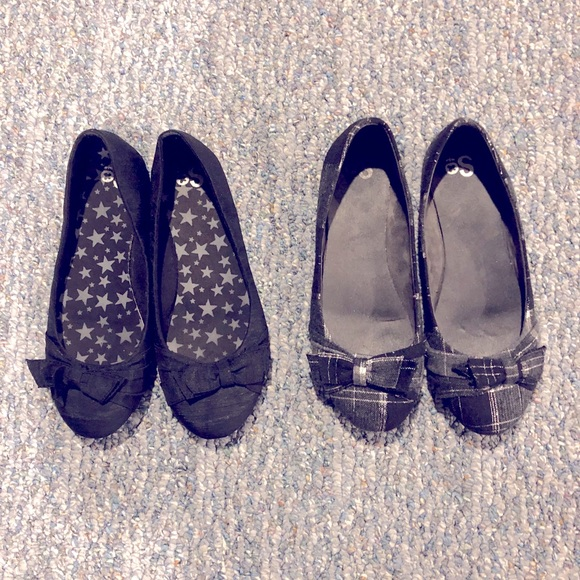 Bundle of (2) flats, black, and black/silver